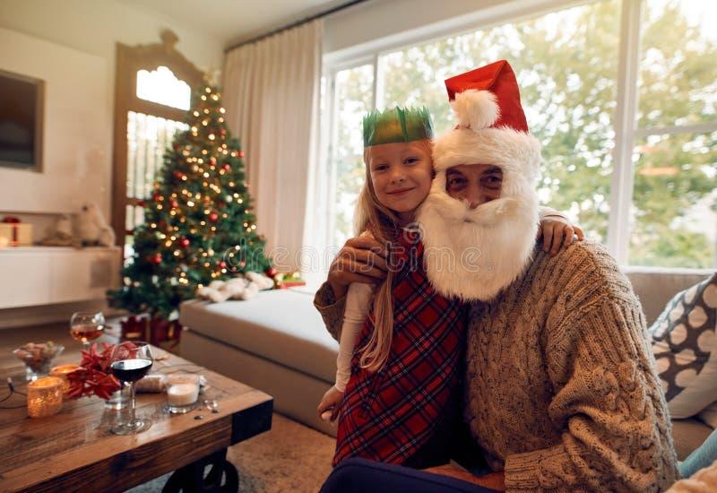 Piękna mała dziewczynka z Santa Claus w domu zdjęcia stock