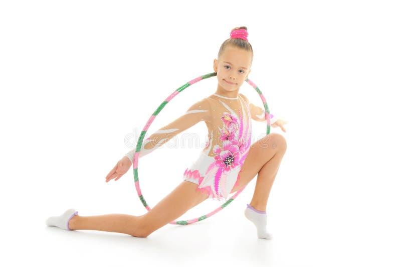Piękna mała gimnastyczka z obręczem obrazy stock