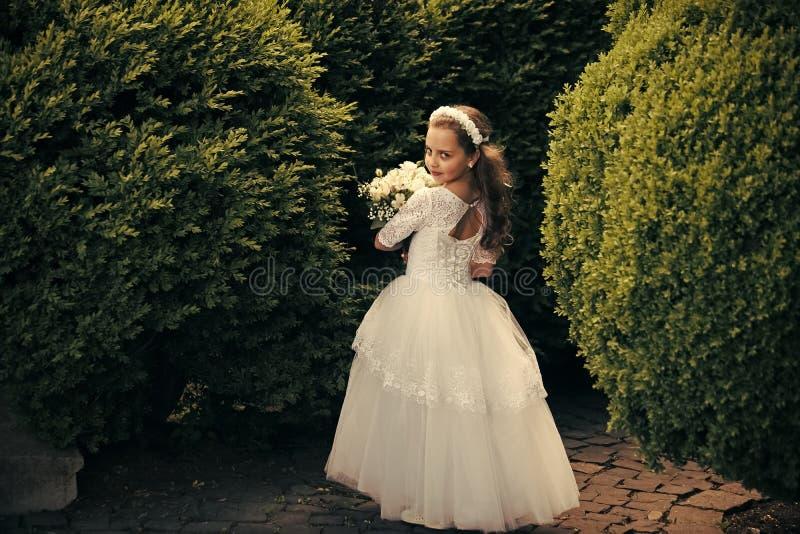 Piękna małe dziecko dziewczyna jest ubranym suknię obrazy royalty free