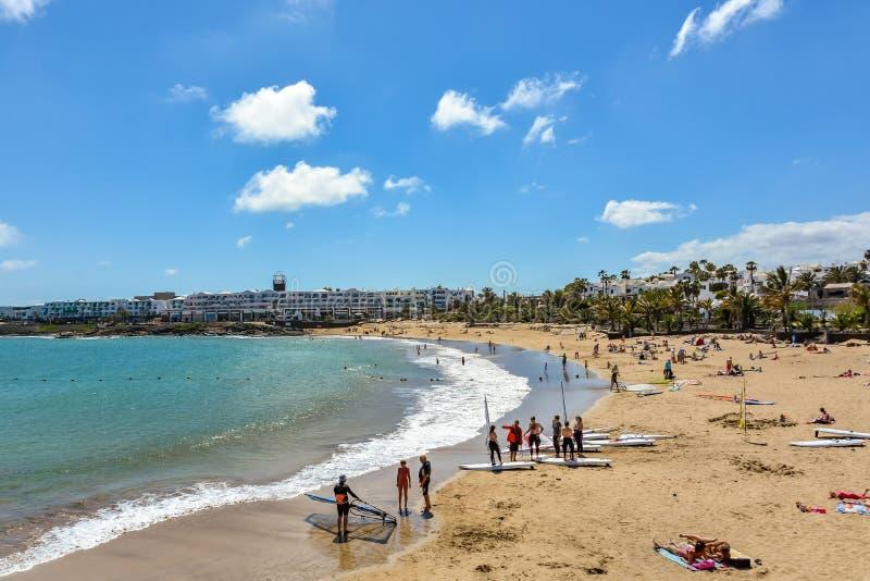 Piękna magistrali plaża Costa Teguise, turystyczny kurort na Lanzarote wyspie fotografia stock