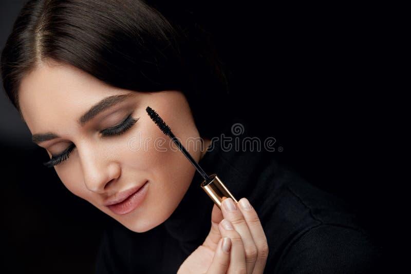 Piękna Makeup Kobieta Z Długimi Czarnymi rzęsami I tuszu do rzęs muśnięciem zdjęcie royalty free