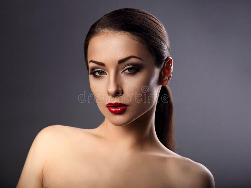 Piękna makeup kobieta z perfect skórą, podbródek, długa szyja, czerwień s fotografia stock