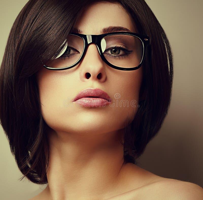 Piękna makeup mody dziewczyna w nowożytny szkieł patrzeć zdjęcia stock