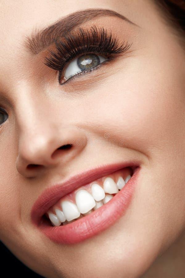 Piękna Makeup Zbliżenie kobiety Piękna twarz Z Perfect uśmiechem fotografia stock