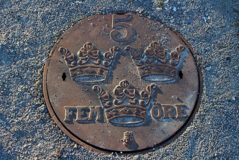 Piękna manhole pokrywa w postaci pięć grosza fotografia stock