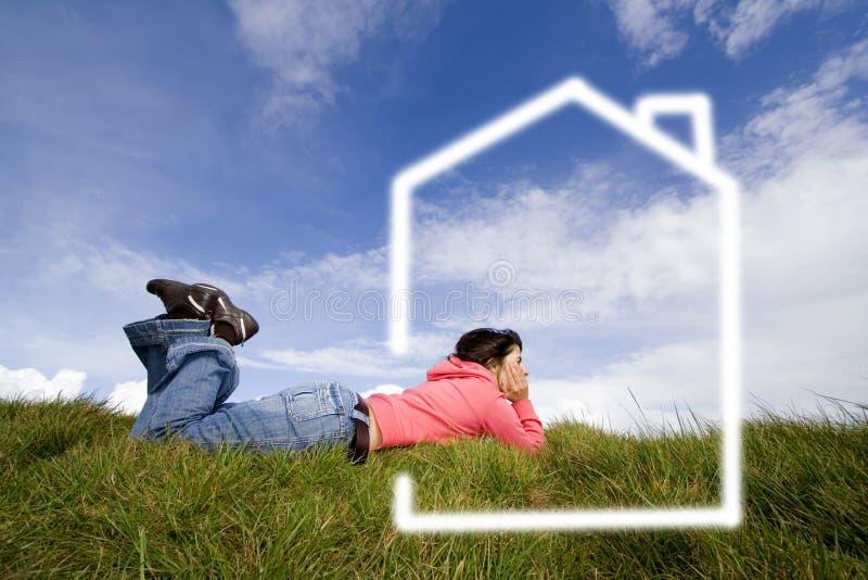 piękna marzy o trawę domowa nowa kobieta zdjęcie royalty free