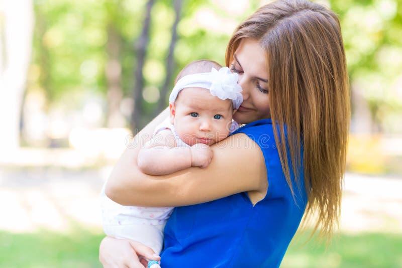 Piękna matka i dziecko plenerowi obraz royalty free
