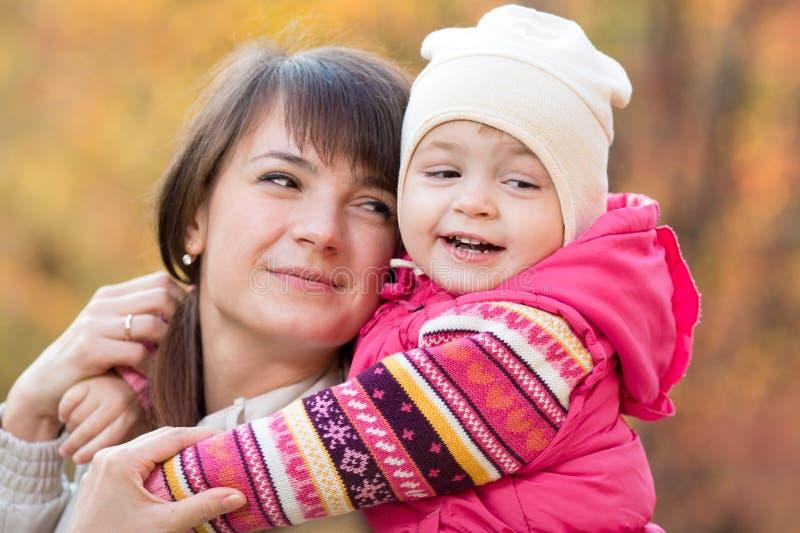 Piękna matka z dzieciak dziewczyną plenerową w jesieni zdjęcia stock