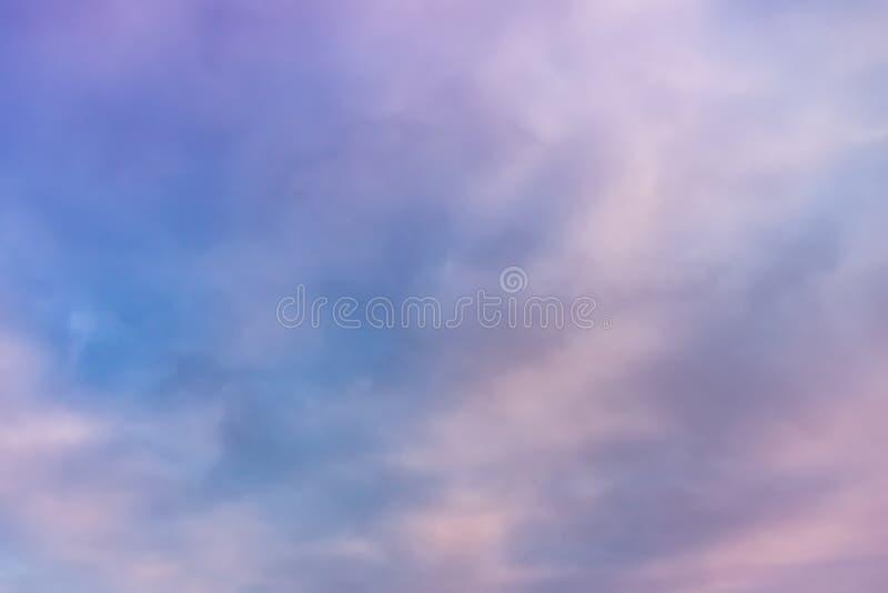 Piękna menchia chmurnieje na niebieskim niebie Pastel niebo i miękkiej części obłoczny abstrakcjonistyczny tło fotografia royalty free