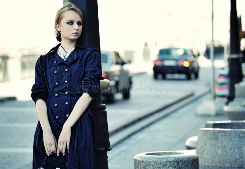 Piękna miasto kobieta odprowadzenie na ulicie obrazy stock
