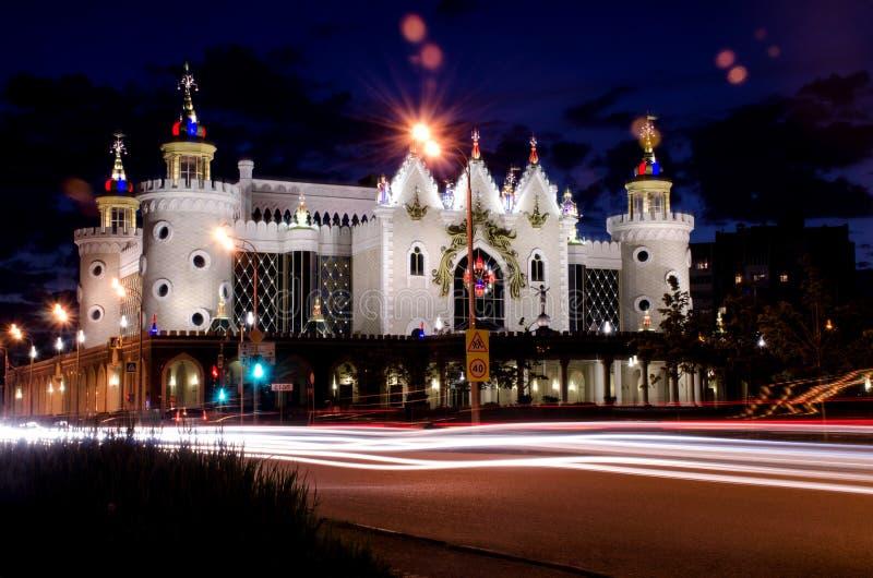 Piękna miastowa architektura w świetle kolorowych lampionów pod nocnym niebem obrazy royalty free