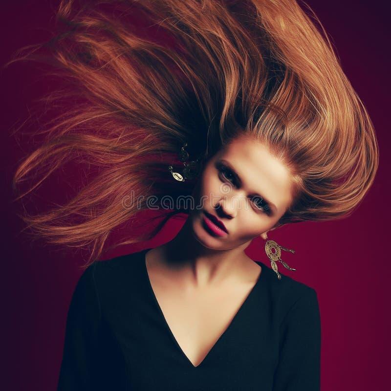 Piękna miedzianowłosa dziewczyna z latającym włosy (imbirowa) obraz stock