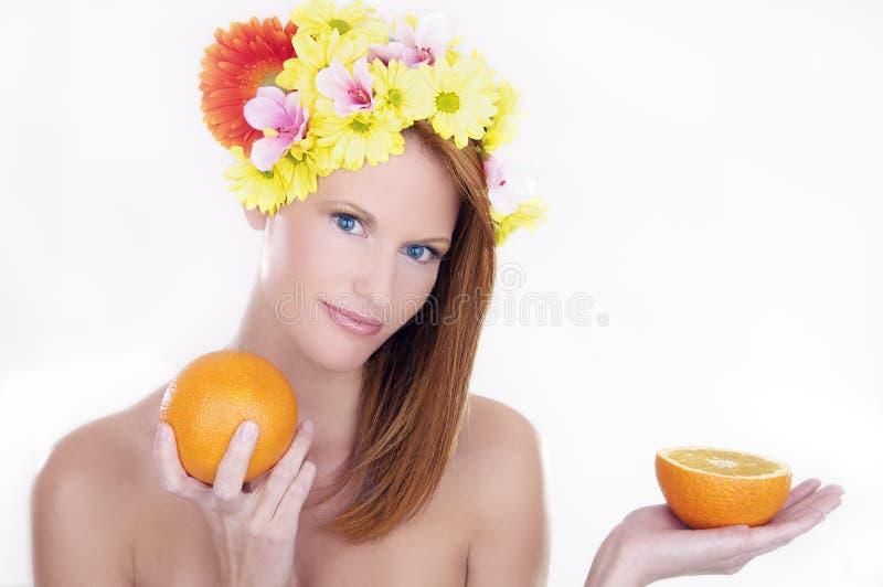 piękna mienia pomarańcz kobieta zdjęcie stock