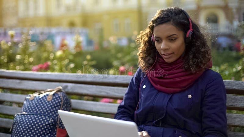 Piękna mieszana biegowa dziewczyna cieszy się ulubionych muzycznych nagrania outdoors, wolność obrazy stock
