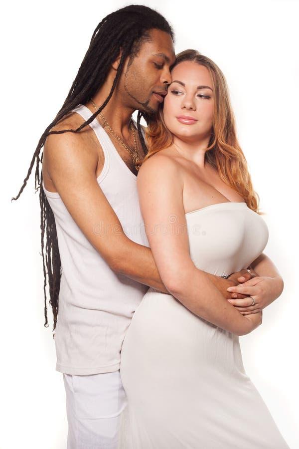 Piękna mieszana para w kochającym uścisku zdjęcie stock