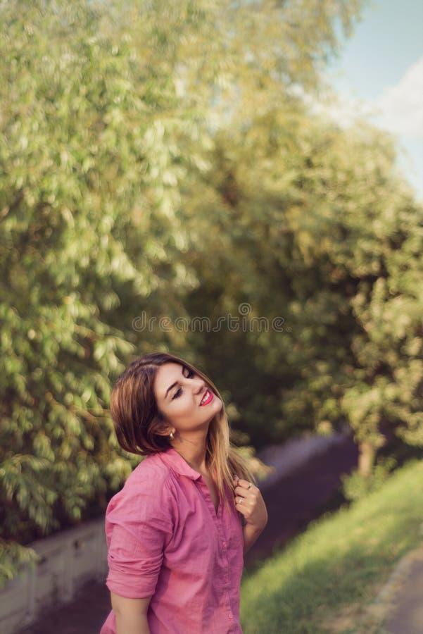 Piękna moda i atrakcyjny kobieta portret jest ubranym różową koszula, fotografia royalty free