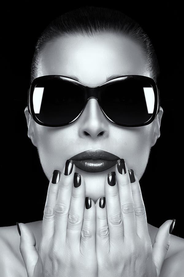 Piękna moda modela dziewczyna w Dużych rozmiarów okularach przeciwsłonecznych zdjęcia stock