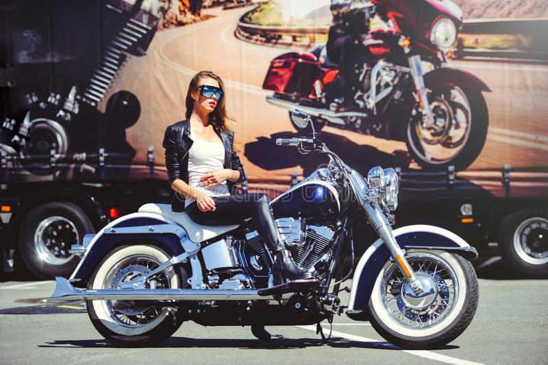 Piękna modna kobieta na klasycznym motocyklu, wzorcowy pojawienie z szkłami, miękkiej części ciepły tonowanie fotografia royalty free