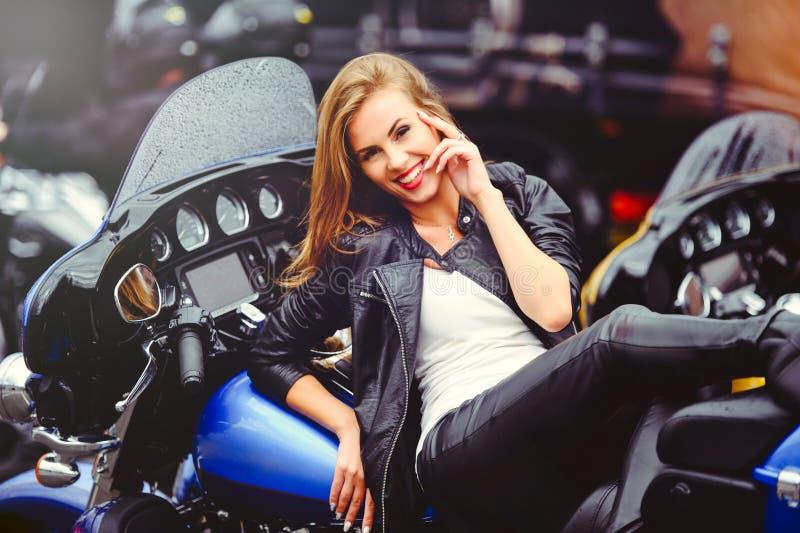Piękna modna kobieta na motocyklu, wzorcowej pojawienie miękkiej części ciepły tonowanie obrazy stock