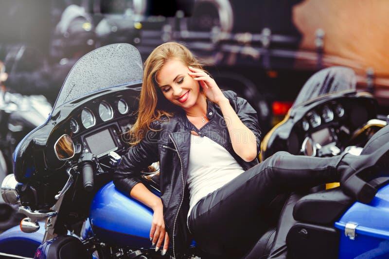 Piękna modna kobieta na motocyklu, wzorcowej pojawienie miękkiej części ciepły tonowanie fotografia stock