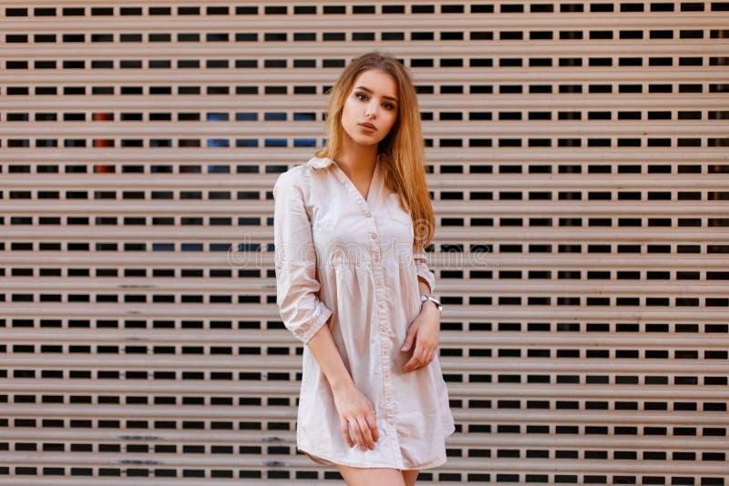 Piękna modna kobieta w eleganckim odziewa pozować blisko zdjęcia royalty free