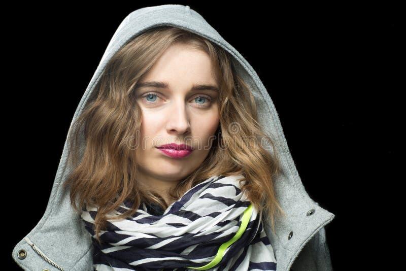 Piękna modna kobieta w kapturzastej kurtce zdjęcia stock