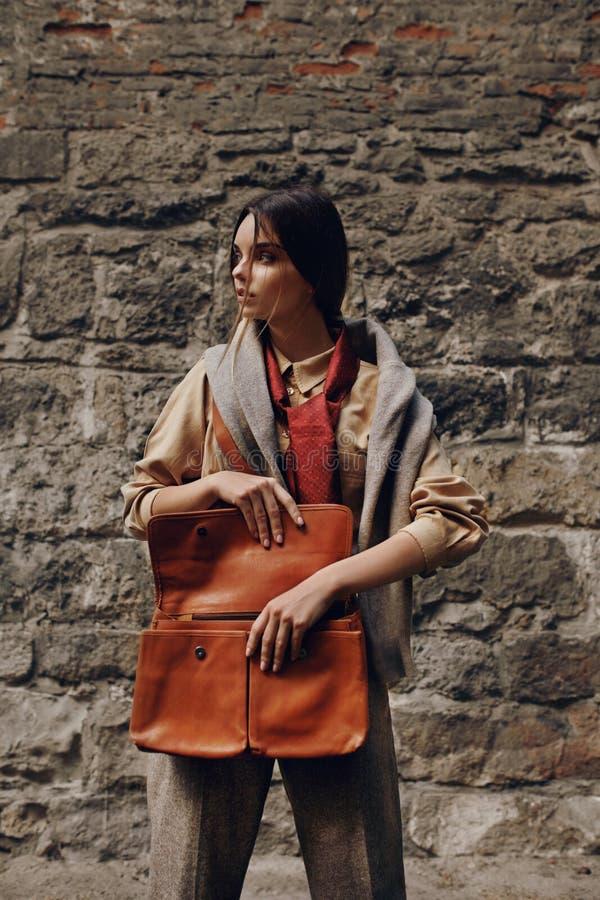 Piękna Modna kobieta W mody odzieży Pozuje Blisko ściany zdjęcie royalty free