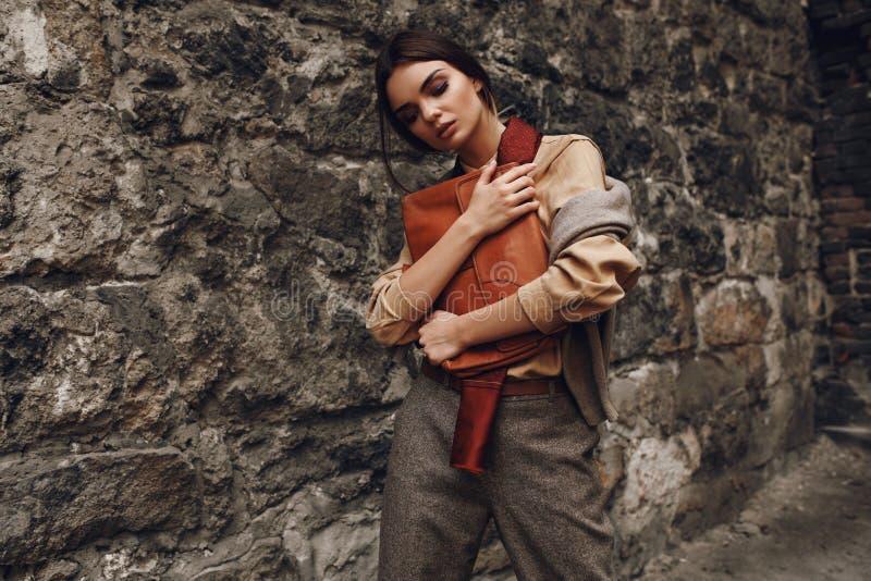Piękna Modna kobieta W mody odzieży Pozuje Blisko ściany fotografia stock