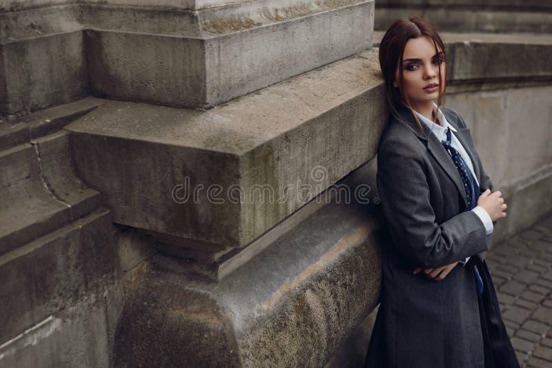 Piękna Modna kobieta W modzie Odziewa Pozować W ulicie obrazy royalty free