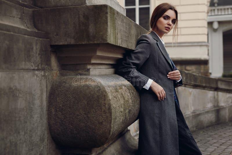 Piękna Modna kobieta W modzie Odziewa Pozować W ulicie zdjęcia stock