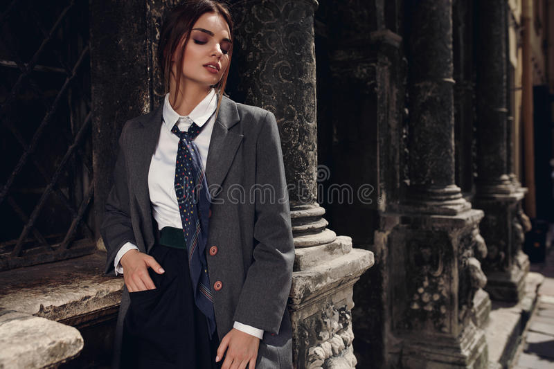 Piękna Modna kobieta W modzie Odziewa Pozować W ulicie fotografia royalty free