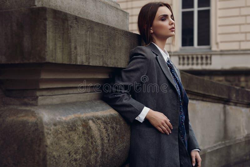 Piękna Modna kobieta W modzie Odziewa Pozować W ulicie obraz royalty free