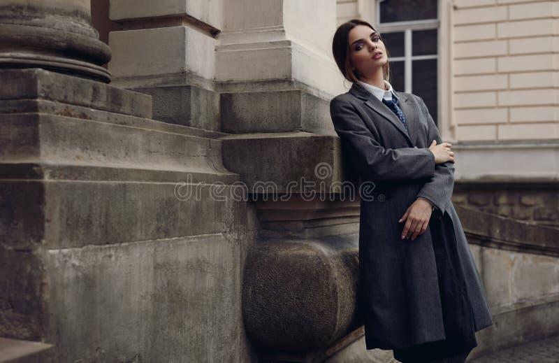 Piękna Modna kobieta W modzie Odziewa Pozować W ulicie obraz stock