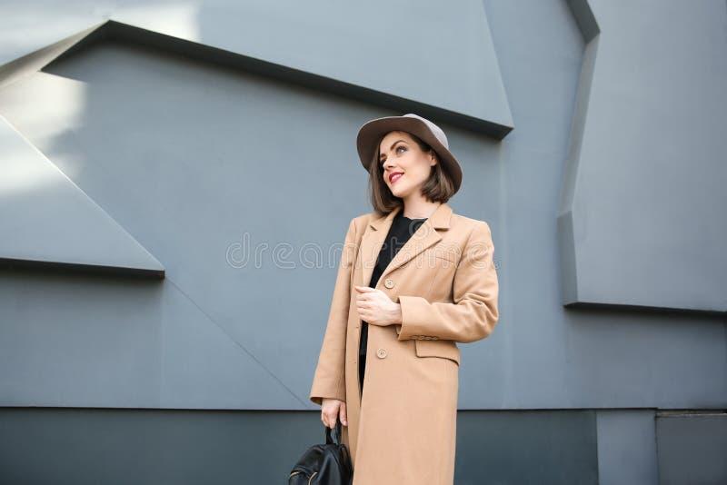 Piękna modna kobiety blisko popielata ściana outdoors obrazy royalty free
