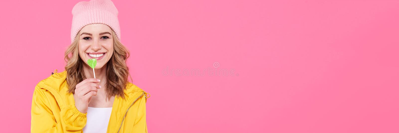 Piękna modna modniś nastoletnia dziewczyna z lizakiem Atrakcyjny chłodno młodej kobiety mody portret zdjęcia stock