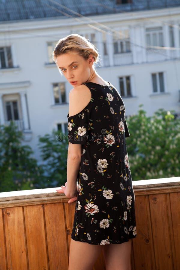 Piękna modnej kobiety blondynka w sukni z kwiatu portretem obraz royalty free