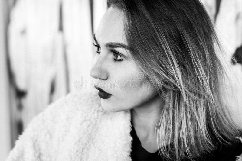 Piękna mody dziewczyna Portret młoda ładna kobieta w czarny i biały fotografia royalty free