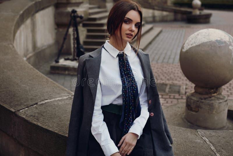 Piękna mody dziewczyna W Modnej odzieży Pozuje W ulicie fotografia stock
