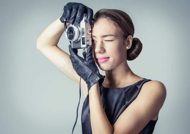 Piękna mody dziewczyna z klasycznym rocznika stylem fotografia stock