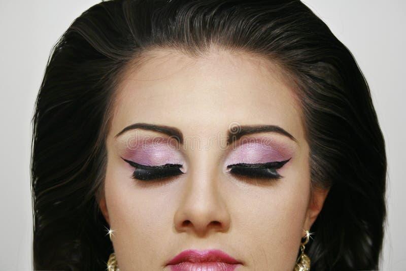 Piękna mody dziewczyna z zamkniętych oczu oka pinky cieniami obrazy royalty free