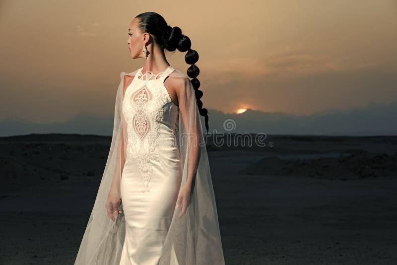 piękna mody dziewczyny wakacyjny makeup portret seksowny Kobieta w ślubnej sukni i przesłonie fotografia royalty free