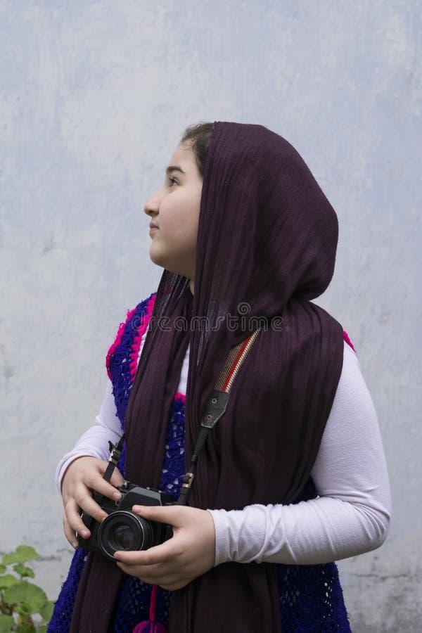 Piękna Muzułmańska dziewczyna patrzeje dla tematów fotografia analnym zdjęcia stock