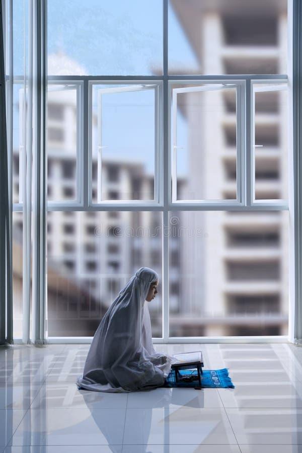 Piękna Muzułmańska kobieta czyta koran zdjęcie royalty free