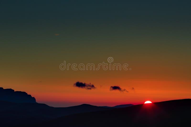 piękna nad ptak chmur kolory muchy złota charakter wcześnie rano zwiększa morza przyjemny cicho odbicie na słońcu Dnieje nad góra fotografia stock