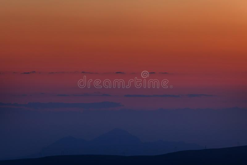 piękna nad ptak chmur kolory muchy złota charakter wcześnie rano zwiększa morza przyjemny cicho odbicie na słońcu Dnieje nad góra obraz stock