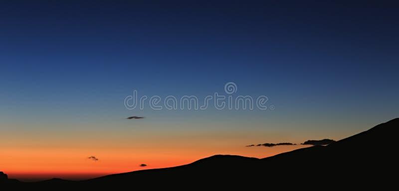 piękna nad ptak chmur kolory muchy złota charakter wcześnie rano zwiększa morza przyjemny cicho odbicie na słońcu Dnieje nad góra fotografia royalty free