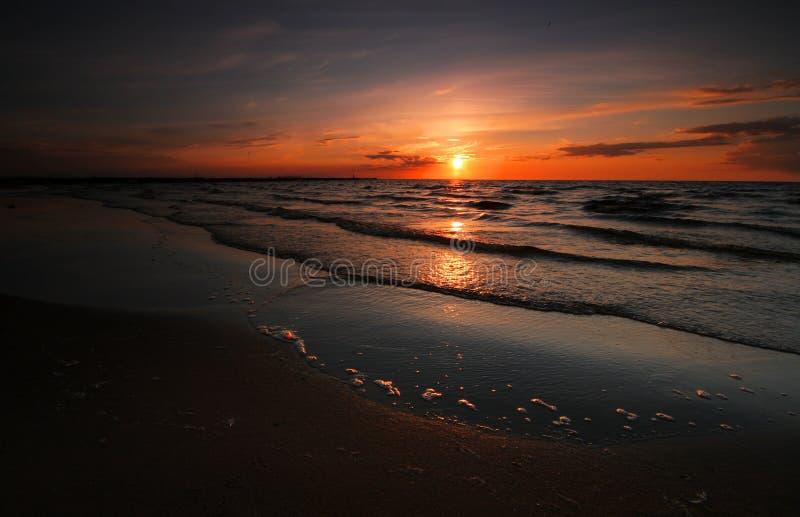 piękna nad słońca nad morzem fotografia royalty free