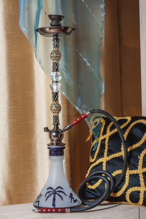 Piękna nargile pozycja na stole w wschodnim wnętrzu zdjęcie royalty free