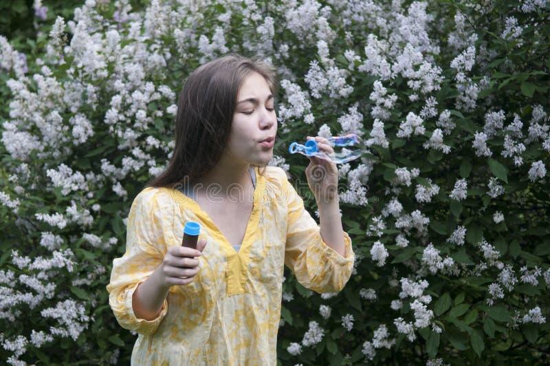 Piękna nastolatek dziewczyna i mydlani bąble obraz royalty free