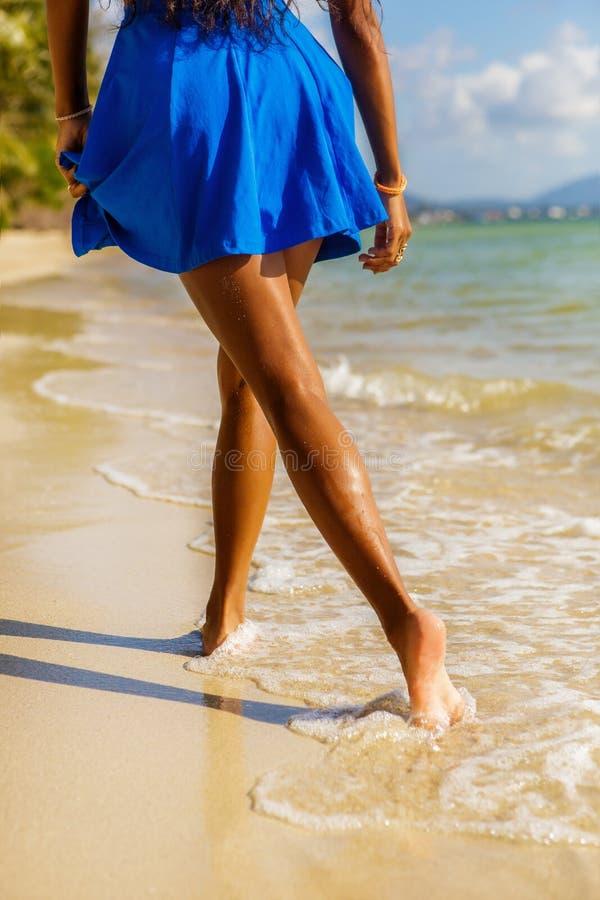 Piękna nastoletnia czarna dziewczyna w błękit spódnicie na plaży zdjęcia stock